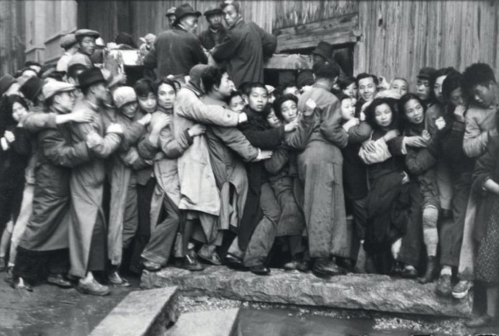 Henri Cartier-Bresson (1908–2004), Vente d'or dans les derniers jours du Kuomintang, Chine, décembre 1948.